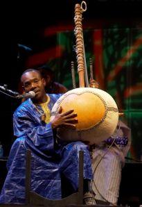 Toumani Diabaté (photo by jbach [CC BY-SA 2.0 (https://creativecommons.org/licenses/by-sa/2.0)])